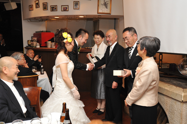 お酒が好きなお二人らしいご両親様への記念品は、『お二人の生まれ年のワイン』オシャレです!!