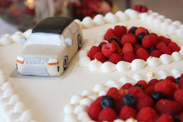愛車を砂糖菓子で再現させた特注のウェディングケーキ