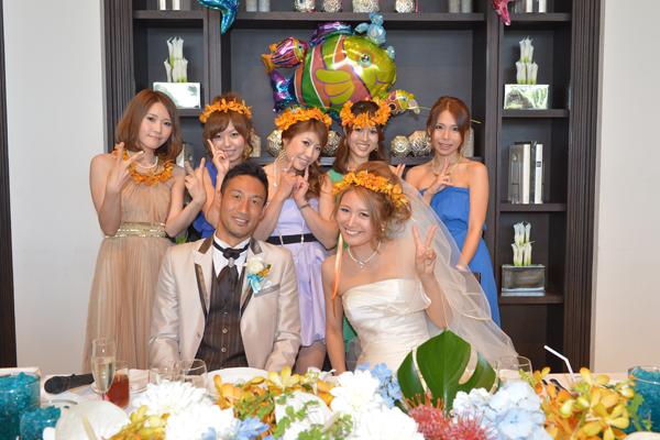 女の子ゲストへはおそろいの花冠をテーブルに置いておきプレゼント☆フラワーコーディネーターさんが16人分も作ってくれました