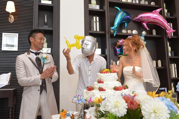 ケーキ入刀の後はサプライズで友達バイトに。デモ・・・まさかの大仏持参に逆にサプライズされちゃいました