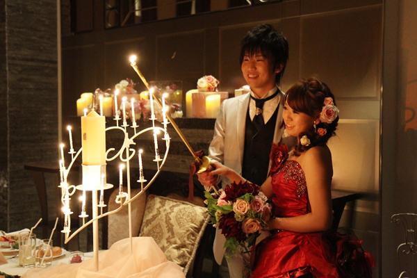 ハート型のキャンドルに火が灯り、会場はロマンチックな雰囲気に
