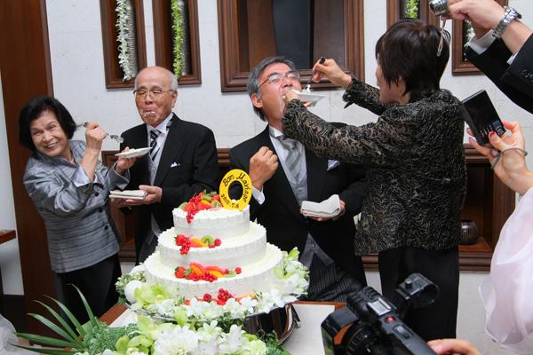 両親のファーストバイト、当時の結婚式の写真も上映して、大盛りあがりでした。プレートは入籍日の金環食にちなんで、ゴールドリングに。