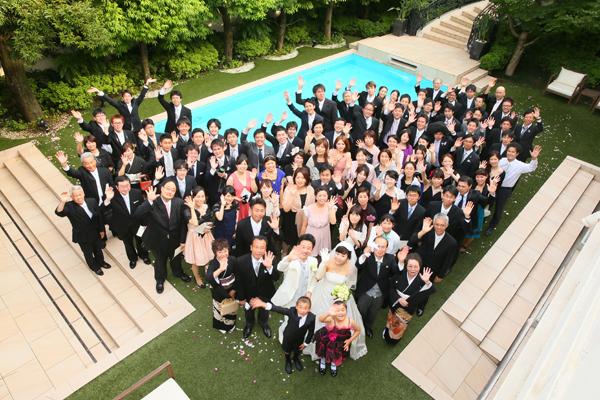 ガーデンで記念写真♪ハート型に見えますか??親族、同僚、友人が一つの場所に集まれるのは結婚式ならではですね。