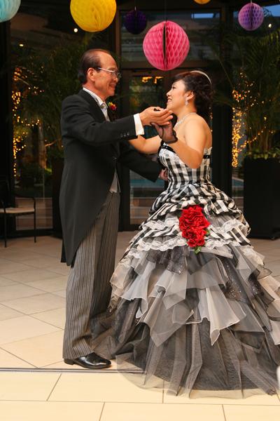 新婦父とラストダンスでワルツを踊りました。今まで育ててくれてありがとう。走馬灯のように思い出が駆け巡りました。
