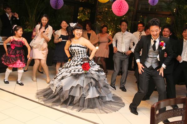 新郎新婦のファーストダンス☆ワルツを踊っている途中で急にノリのいい曲に変わり、みんなをビックリさせました!!最後の曲は親戚、同僚、友人たちが前に出てきてくれて、ワイワイ踊りまくりました♪