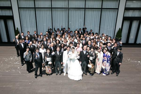 参列してくださった方全員との写真。みんなでピース!!眩しかったー。