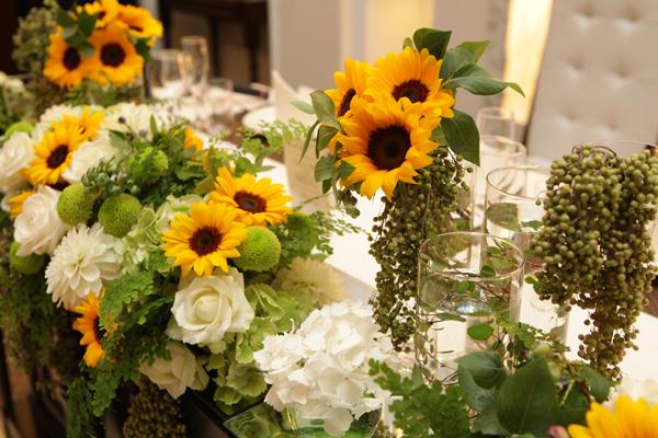 会場のお花。2人の大好きなひまわりをメインに!!明るく元気な印象になりました。