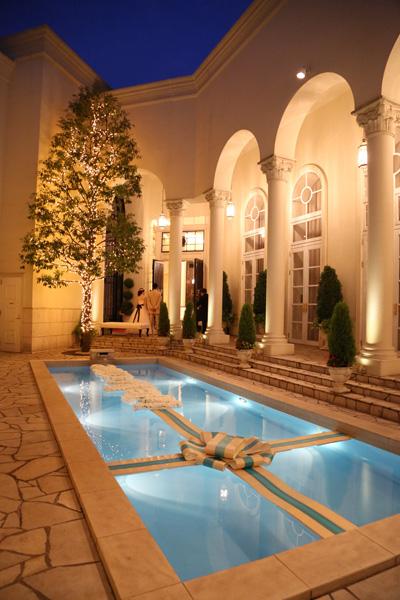 プールの装飾も素敵で、暗くなってからも素敵でした