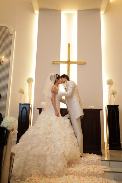 """お気に入りのチャペルでお気に入りのドレスを着て""""誓いのキス"""""""