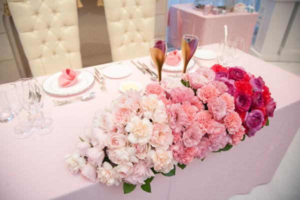 会場は大好きなピンクで上品にコーディネート グラデーションにしてもらったお華たちもとっても素敵