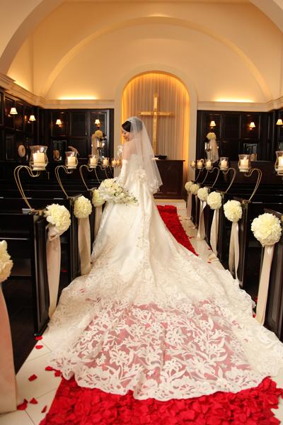 一目惚れした運命のドレスと赤い花びらのバージンロード