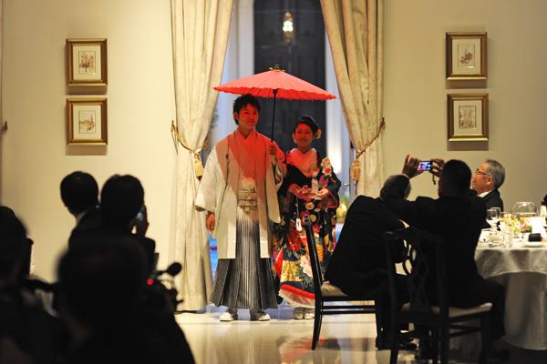 念願の和装で登場 赤の番傘がポイントです