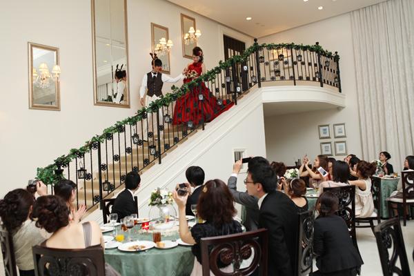 お色直しはサンタを意識した真っ赤なドレス。トナカイに扮した新郎が階段まで迎えにきて、エスコート