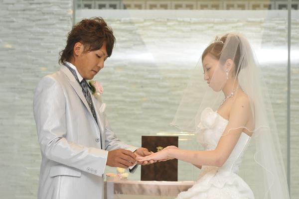 夫婦の証である結婚指輪の交換です。