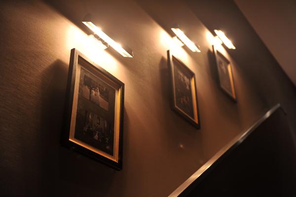 階段には海外挙式の写真を展示