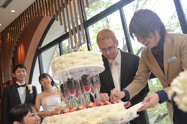 ケーキカットは誕生日の2人に!