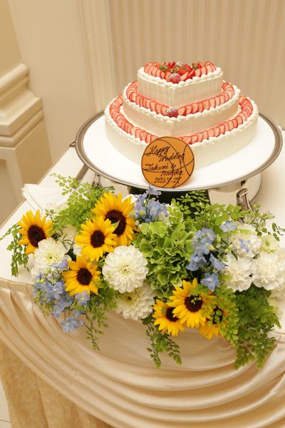 ウェディングケーキのプレートは夫婦共通の趣味からバスケットボール型に。