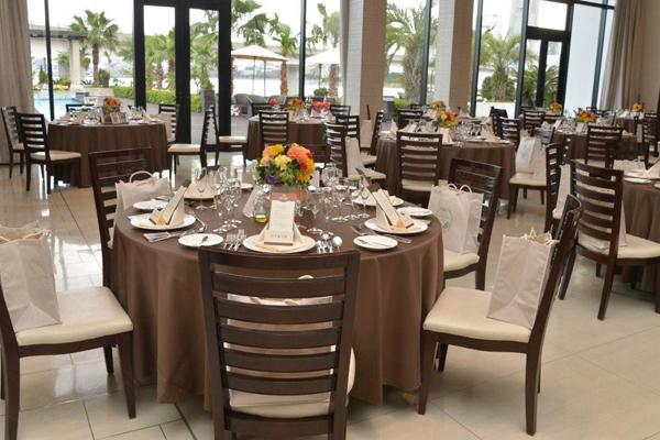 暖色系の花と茶色のテーブルクロスで落ち着いた私たちらしい空間