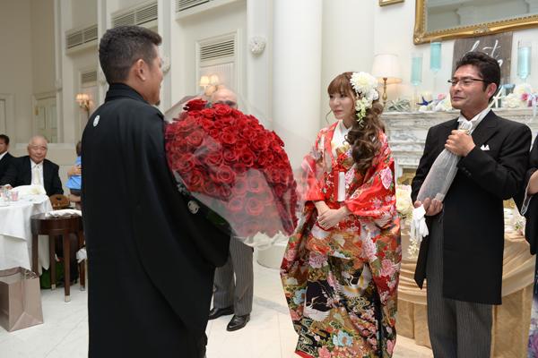 サプライズで100本のバラの花束ありがとう★最高の結婚式でした!!