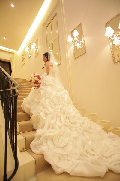 ウエディングドレスは新郎と新婦母の意見がぴったり合ったこのお花いっぱいのドレスで☆