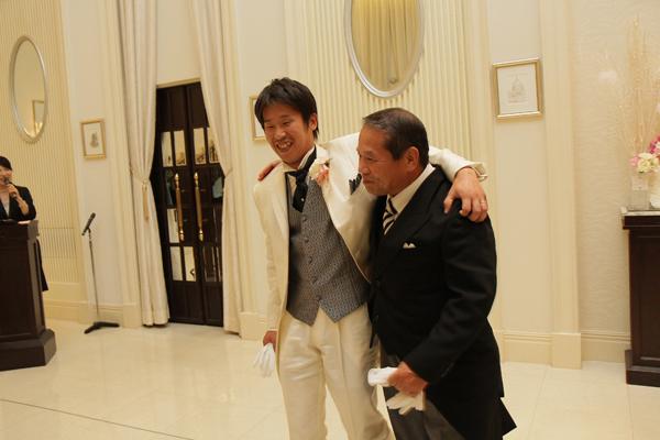 新郎は尊敬するお父さんと肩組んで退場です!!