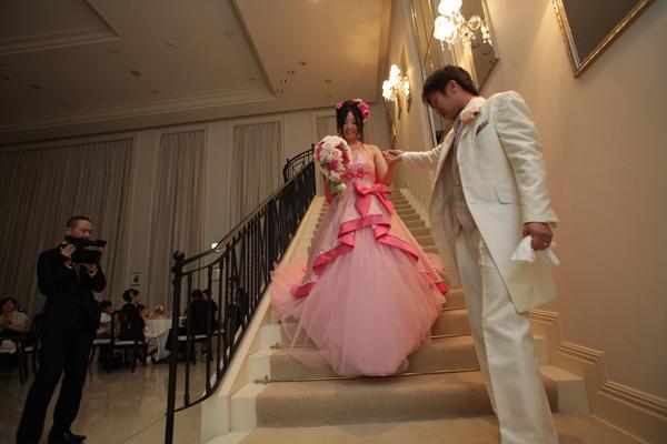 一目惚れしたのは出たばかりのバービー人形限定モデルの新作ドレスでした。大階段をエスコートされ気分はお姫様でした♪