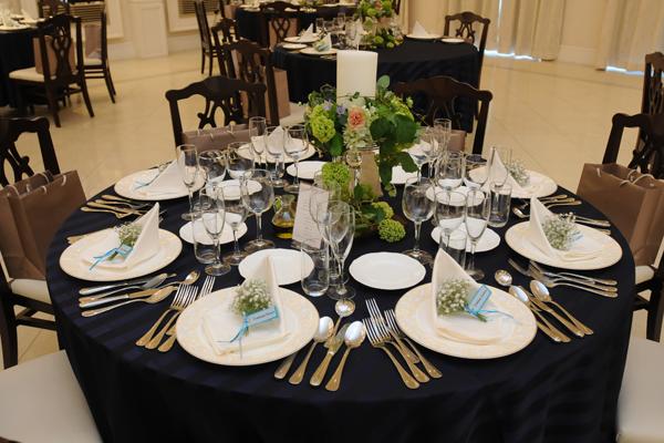 席札はカスミ草のミニブーケ。テーブルクロスは濃紺にして良かったです。