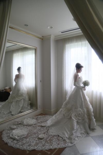 憧れのウェディングドレス。大きなお花がお気に入り!!