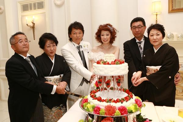 両親とケーキ入刀!!すごく喜んでくれました☆