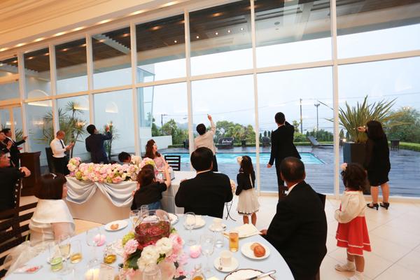 式場の大きなガラスをキャンパスにテーブル対抗お絵かき大会!!盛り上がりました
