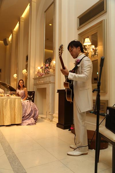 新郎からのサプライズでギター演奏♪
