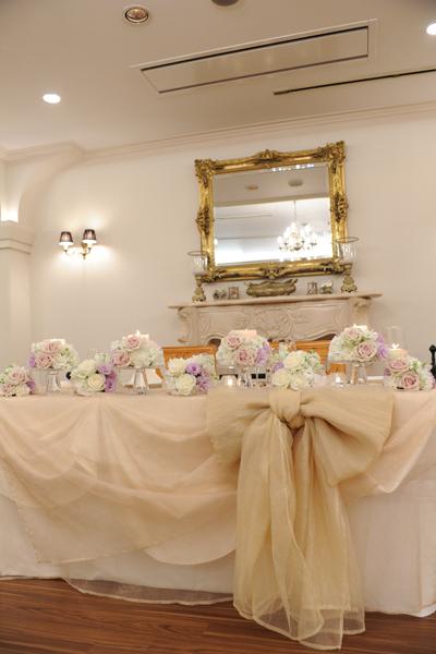 お花とキャンドルに囲まれたメインテーブル。夢が叶いました!