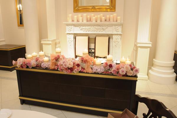 会場はテーマカラーのアンティークピンクのお花と冬らしくキャンドルで装飾