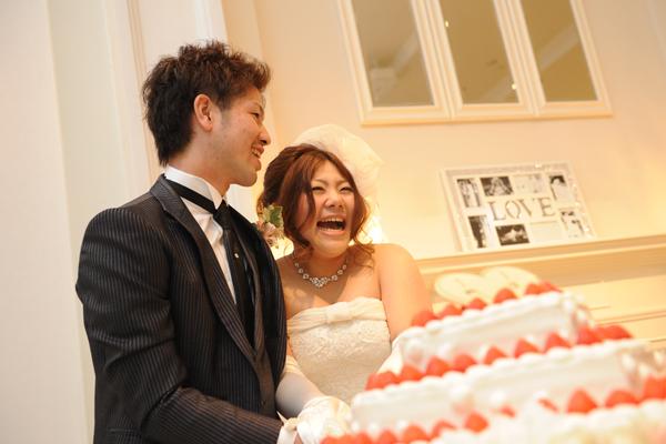 ケーキ入刀!!考えたロゴ入り、私たちだけのWEDDING CAKEです。