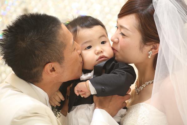 人前式。子供の頬に誓いのキス。