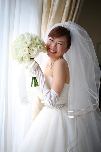 憧れの花嫁さんに準備完了!お気に入りのドレスに身を包みとびきりの笑顔です。