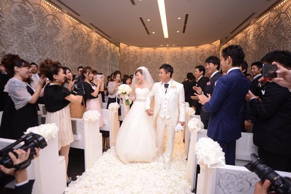 ゲストからの祝福を浴びて。挙式を終えゲストが一つになったように感じました。忘れられない瞬間です。
