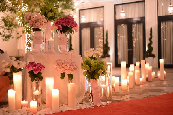 夜のガーデンはキャンドルとお花の演出でとてもロマンチック