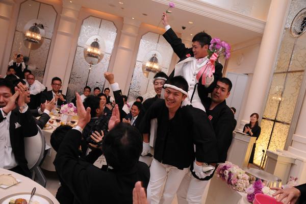 再入場はお神輿でにぎやかに!各テーブルを廻って12本のバラを集め花嫁にサプライズプレゼント