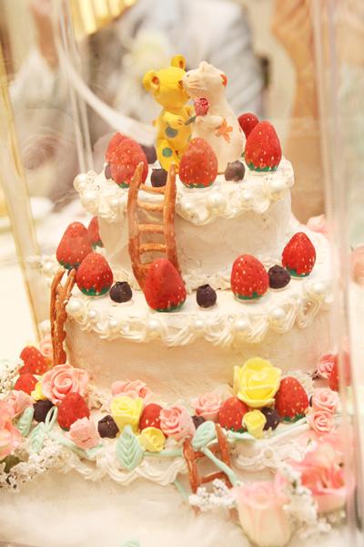 新婦友人からの手作りケーキオブジェ。偶然にも本物とデザインが同じでびっくり!