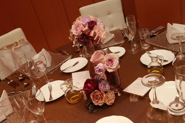 テーブルのお花はプチギフトと一緒に女性ゲストへ渡しました