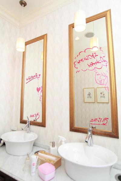 トイレの鏡に口紅で落書き