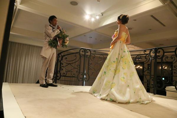抱えきれない花束とともに、ゲストの前で公開プロポーズ!
