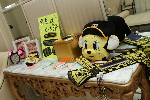 ロビーには阪神タイガースグッズ 私達らしさの雰囲気づくり