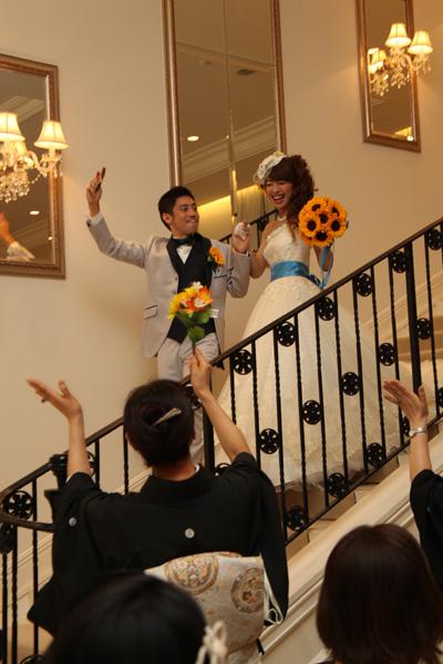 新郎のエスコートで新婦は階段上から登場!