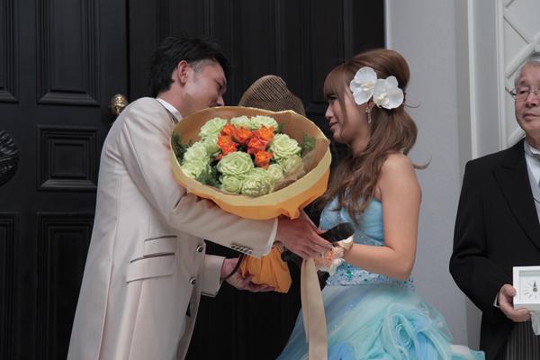 新郎からのサプライズ。2人の好きな色で出来たローズの花束