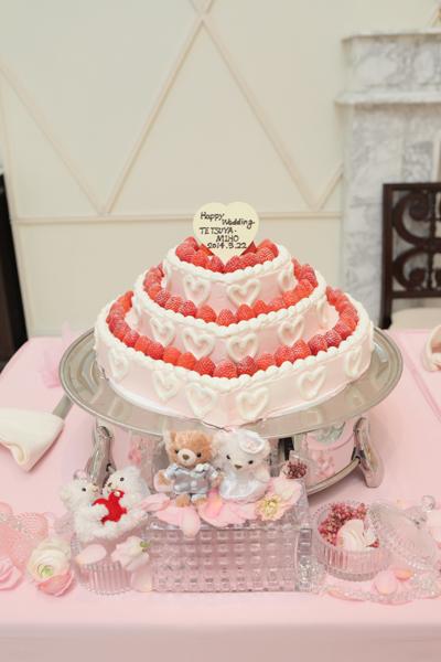 ピンクでハート型のウェディングケーキ