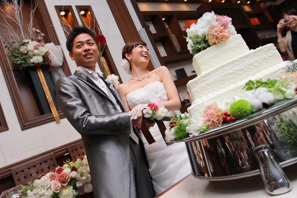 可愛いウエディングケーキ入刀。ファーストバイトの後に、バースデーバイトもしました。