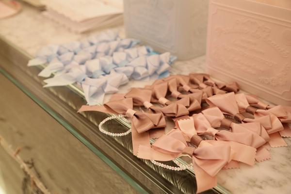 テーマカラーのアンティークブルーとアンティークピンクのリボン♪ 手造りしてゲストの皆さんに付けて頂きました