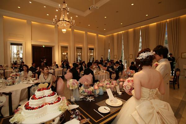 チェアリボンや貝殻などこだわりの装飾 ゲストの席を回り、お話しできるようにbride・groom席を作りました